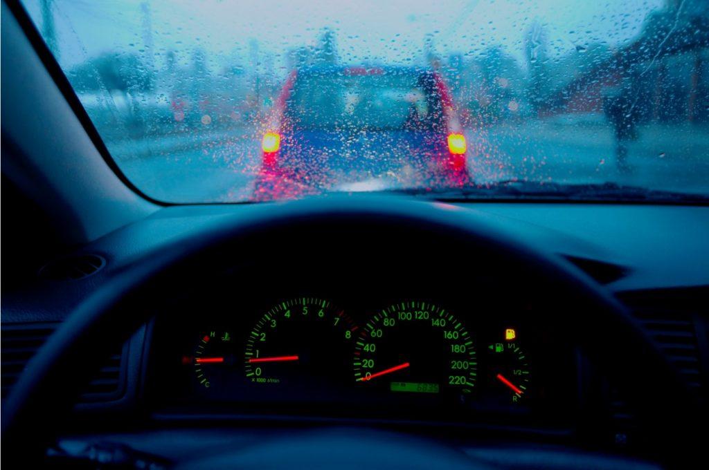 Condus pe timp pe ploaie